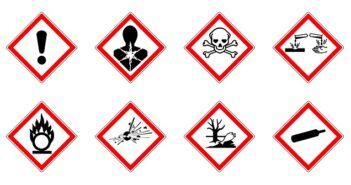 Umgang mit Gefahrenstoffen beim Transport: Sortiment von Gefahrensymbolen / Piktogrammen.