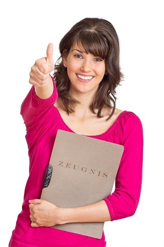Diese junge Frau hällt ein bestimmt ein qualifiziertes Arbeitszeugnis in den Händen.