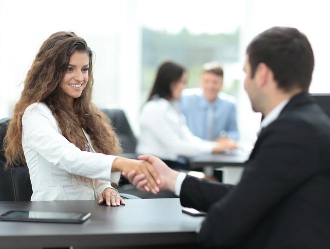 Da verabschieden sich wohl gerade Arbeitgeber vom Arbeitnehmer: Diese junge Frau bekommt bestimmt ein qualifiziertes Arbeitszeugnis.
