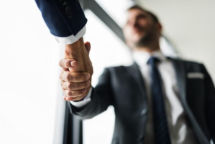 Der Deal steht: Dieser Firmenchef sieht Qutsourcing als lohnenswerte Alternative für sein Unternehmen