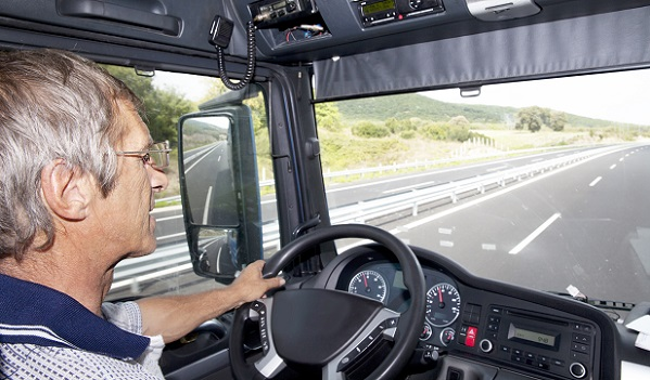 Können sich bei einer Fahrt mehrere Fahrer abwechseln, ist in einem 30-Stunden-Zeitraum eine tägliche Ruhezeit von mindestens 9 Stunden vorgeschrieben. (#03)