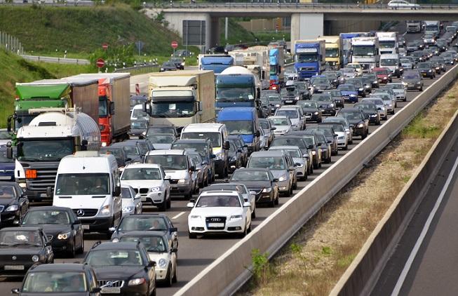 Hohes Verkehrsaufkommen, Luftverschmutzung, Stau und Lärm schädigen durch die CO2-Emissionen die Umwelt.