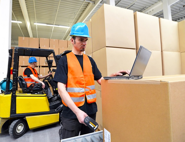 Die Aufgaben können in den einzelnen Unternehmen variieren und beginnen schon bei der Annahme der Waren. (#01)