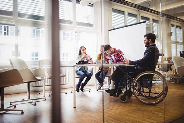 Dabei fördert die Agentur für Arbeit die Gehälter 'schwer vermittelbaren' Personen. Das sind beispielsweise Personen, die über 50 Jahre alt sind, Langzeitarbeitslose, Behinderte oder Menschen mit geringer Qualifikation. (#02)