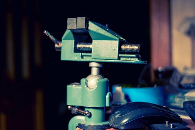 Ein moderner Schraubstock mit Druckluftmotor besteht aus mehreren Teilen, die exakt aufeinander abgestimmt sind und daher optimale Präzisionsarbeit leisten. (#02)