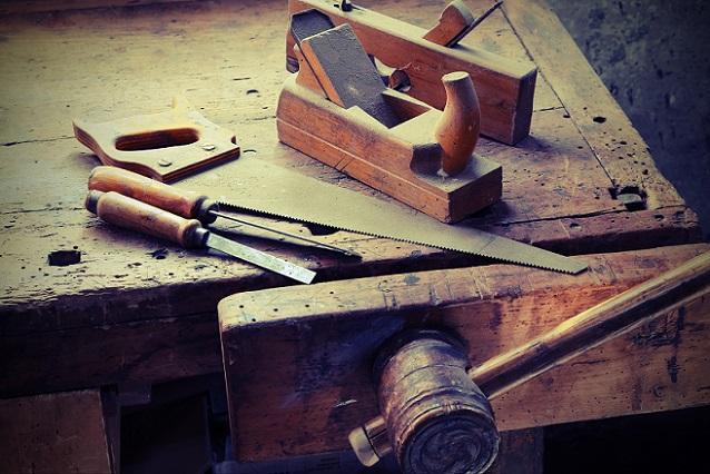 Der klassische Schraubstock mit seinen beiden Backen arretiert Werkstücke zwar zuverlässig, kann dabei jedoch Spuren am Material hinterlassen.(#01)