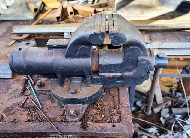 Verwendbar ist der mit einem Motor betriebene Schraubstock in beinahe allen Bereichen der Industrie. (#03)