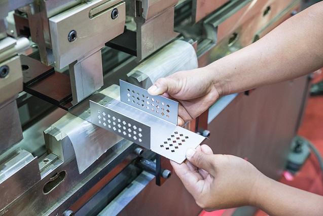 Sicken und Bördelmaschinen sind unverzichtbar im Metallbau. Die Sickenmaschine prägt Vertiefungen in Bleche, die für Karosserien von Fahrzeugen, für Dosen oder Container verwendet werden sollen. (#02)