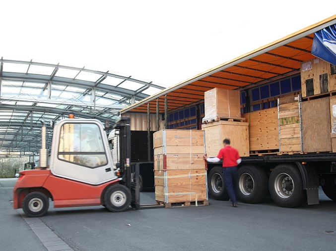 Zunächst holt der Versandspediteur die Güter bei verschiedenen Versendern im Quellgebiet ab und sammelt sie in seinem Lager. Am Umschlaglager des Empfangsspediteurs, erfolgt dann wieder die Trennung der Güter. (#01)