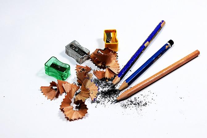 Der Herstellungsprozess der Bleistifte ist jedoch bei den meisten Anbietern ähnlich. Er beginnt mit der Graphitmine, die aus zwei verschiedenen Grundstoffen gefertigt wird. Diese Grundstoffe sind Ton und Graphit. (#03)