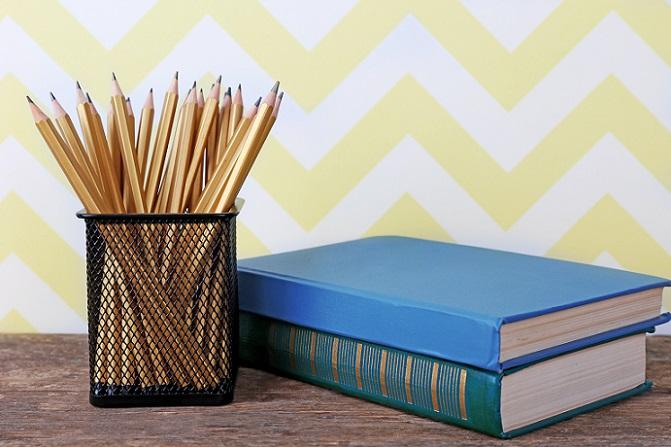 Die sechseckige Form der Bleistifte hat sich über die Jahre hinweg bewährt, auch wenn es inzwischen abgerundete Modelle gibt. Entwickelt wurde ein sechseckiger Querschnitt deshalb, damit die Stifte auf einer Fläche nicht in eine Richtung rollen können. (#02)