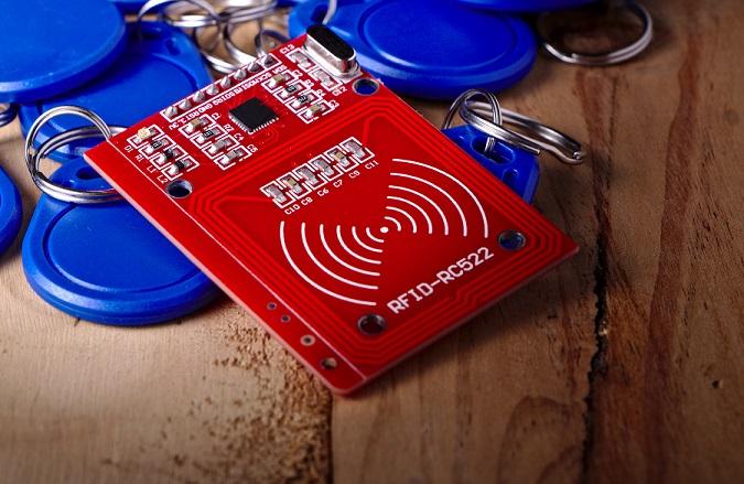 Bei einem RFID Tag handelt es sich um einen Transponder, der mit gespeicherten Daten versehen ist. Er ist in der Lage, die enthaltenen Daten über eine Funkverbindung weiter an ein Lesegerät zu geben. (#01)