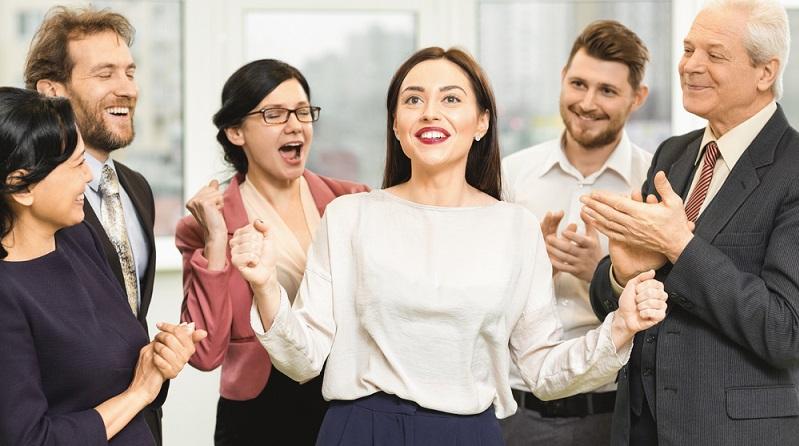 Beförderung im Mitarbeitergespräch: Wer sich eine große Karriere erträumt oder auch ganz einfach nur beruflich etwas weiterkommen möchte, der braucht über kurz oder lang vor allem: Eine Beförderung! (#01)