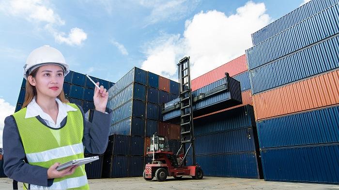Zu den Tätigkeitsfeldern in der Logistik gehört die Berechnung und der Einkauf von Rohstoffen und damit einhergehend auch die Kalkulation des erforderlichen Budgets. Daneben muss man die Abwicklung der diversen Abläufe richtig planen überwachen. (#04)