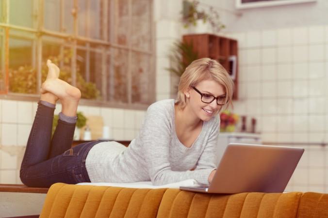 Viele Verbraucher lieben das bequeme Bestellen vom Sofa aus und das führt dazu, dass der Onlinehandel boomt. (#5)