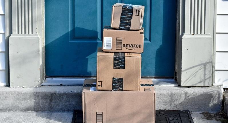Amazon ist als Online-Versandhändler bekannt für seine vielen Neuerungen und Innovationen. So können bereits heute viele Kunden, die über eine Prime-Mitgliedschaft verfügen, die Pakete am nächsten Tag zu sich nach Hause oder an die gewünschte Adresse erhalten. (#02)