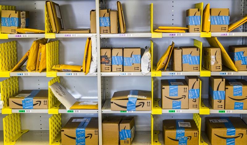 Bei dem Handelskonzern Amazon arbeiten tausende Fachkräfte für Lagerlogistik. (#01)
