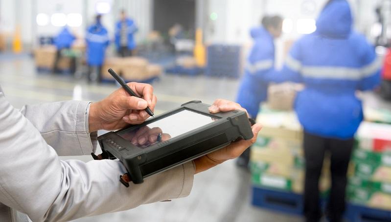 Die Logistikbranche ist auf einem ähnlichen Entwicklungsstand wie die Produktion, wenn es um die Prozessvernetzung geht. Es kommen schon viele digitale Geräte zum Einsatz, die die Lagerhaltung unterstützen und die gesammelten Daten für alle Mitarbeiter bereitstellen. (#01)