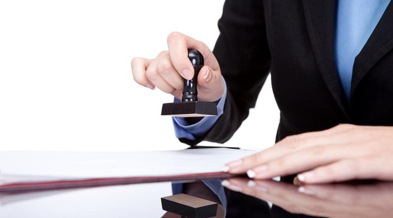 Häufig werden Schriftstücke wie Zertifikate und Zeugnisse durch Stempel beglaubigt. Diese Stempel werden von Schulen sowie von Behörden verwendet, um die Teilnahme eines Kurses oder eine erfolgreich absolvierte Prüfung zu bestätigen.  (#03)