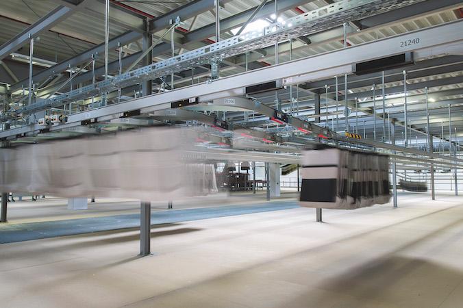Eine der großen Herausforderungen bei der Auftragsbearbeitung von Fashion Retailern ist die kombinierte Sortierung von Liege- und Hängeware. (#4)