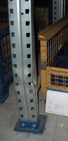 Ein defektes Regal vor der Reparatur durch die Firma Klein GmbH.