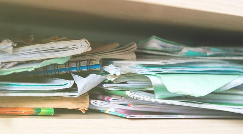 Im Schrank liegen noch Versandpapiere aus alten Zeiten? Die Personalakten der Fahrer, die vor über zehn Jahren ausgeschieden sind, nehmen auch noch Platz weg? Dann sollte man zuerst einmal gründlich aussortieren.  ( Foto: Shutterstock- Tycson1  )