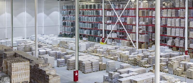 Moderne Hochregale verschenken keinen Platz und nutzen einen Raum in seiner gesamten Höhe voll aus. (#03)
