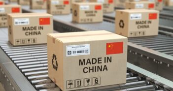 Ware aus China: Zoll & Steuern ( Foto: Shutterstock-_Maxx-Studio)