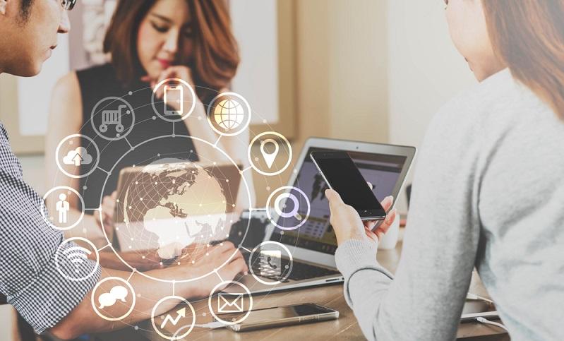 Kunden heute möchten alles gleichzeitig nutzen, den stationären Handel (Point of Sales), Katalog, Callcenter und E-Commerce. Dabei ist es wichtig, dass er überall das gleiche Sortiment und die entsprechenden Informationen findet. Omni-Channel ist eine hybride Lösung. (#04)