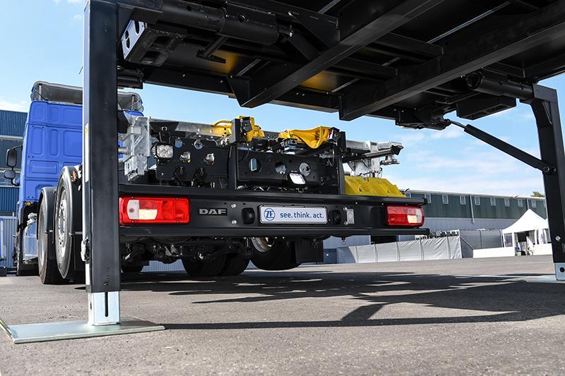 Für schnellere, sicherere und effizientere Logistik-Abläufe: Der ZF Innovation Truck mit Wechselbrücken-Assistent manövriert unbemannt über Betriebshöfe oder ähnliche Areale und beherrscht auch das anspruchsvolle Auf-, Ab-, und Umbrücken autonom. Außerdem lässt ihn das Getriebesystem TraXon Hybrid lokal emissionsfrei und leise rangieren.