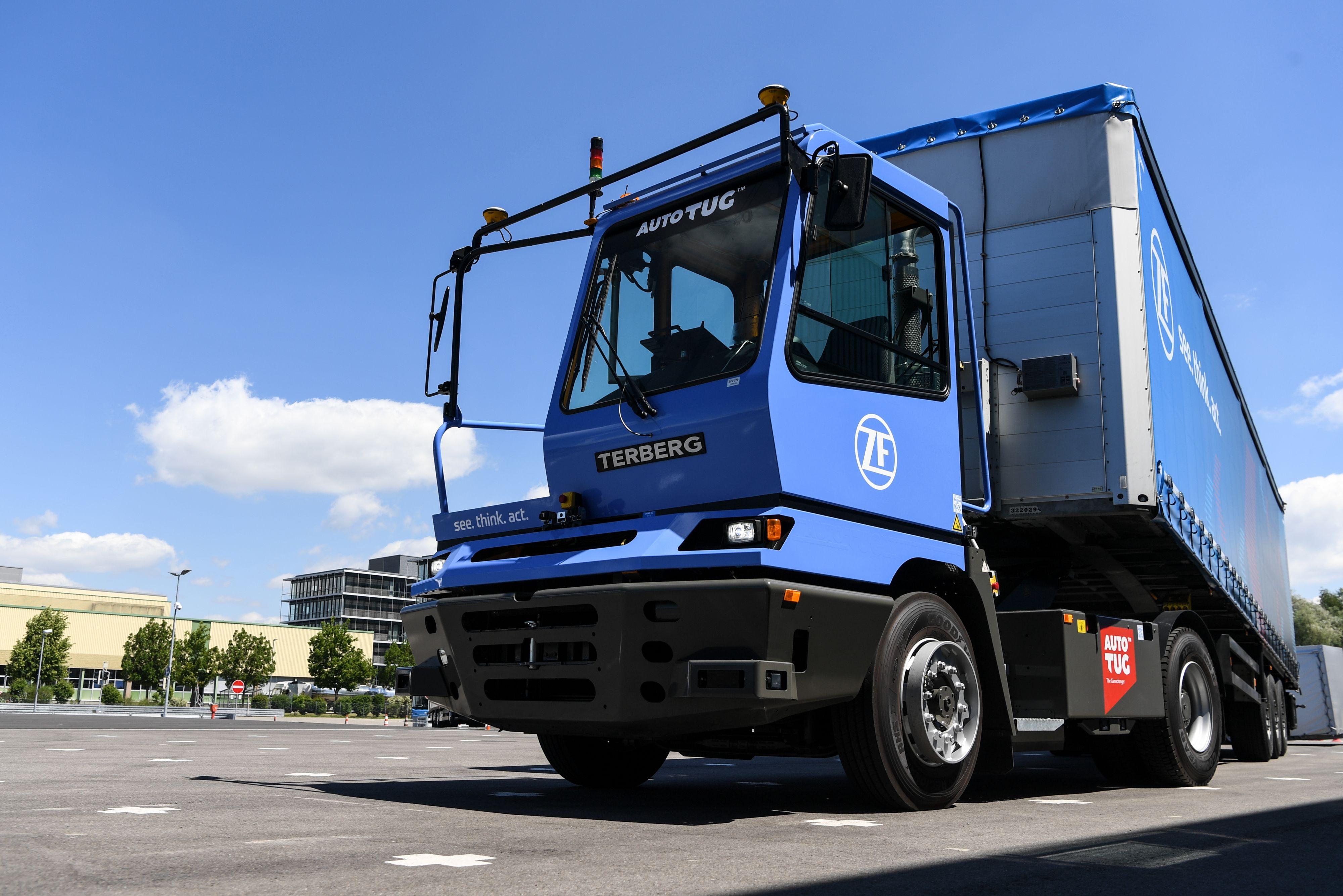 Zugmaschinen können draußen bleiben: Der autonome Terminal Yard Tractor von ZF rangiert Sattelauflieger mit der Funktion SemitrailerAssist auf definierten Arealen selbständig an die Rampe und wieder zurück.