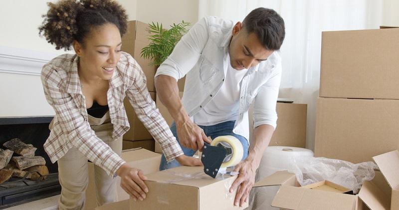Nutzen Sie zum Zukleben des Pakets spezielles Paketklebeband, normaler Tesafilm und Schnüre helfen nicht ausreichend. Viele Pakete müssen in mehreren Bahnen zugeklebt werden, damit sie wirklich halten und sich nicht wieder öffnen. (#05)
