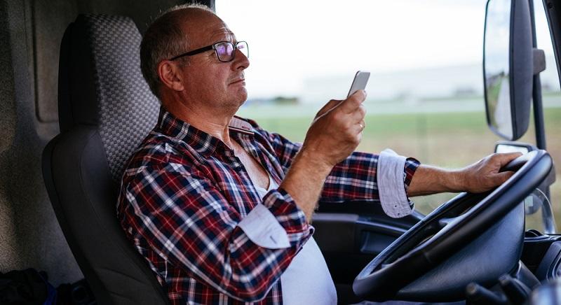Die Zahlen zur Ablenkung am Steuer und daraus resultierenden Unfällen sind zwar von Untersuchungen bei Autofahrern, dennoch sind sie auch für Lkw-Fahrer interessant und zutreffend. (#02)