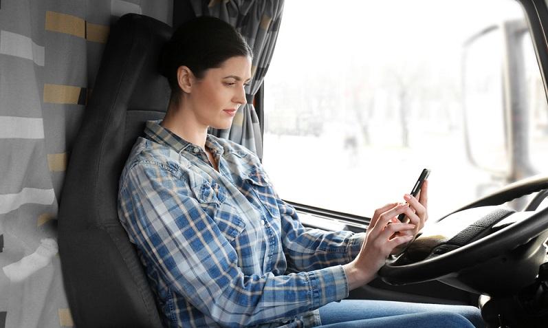 Untersuchungen zufolge ist jeder dritte Lkw-Fahrer bei seiner Fahrt mit anderen Dingen beschäftigt und rund sieben Prozent sind laut DEKRA mit dem Smartphone befasst.