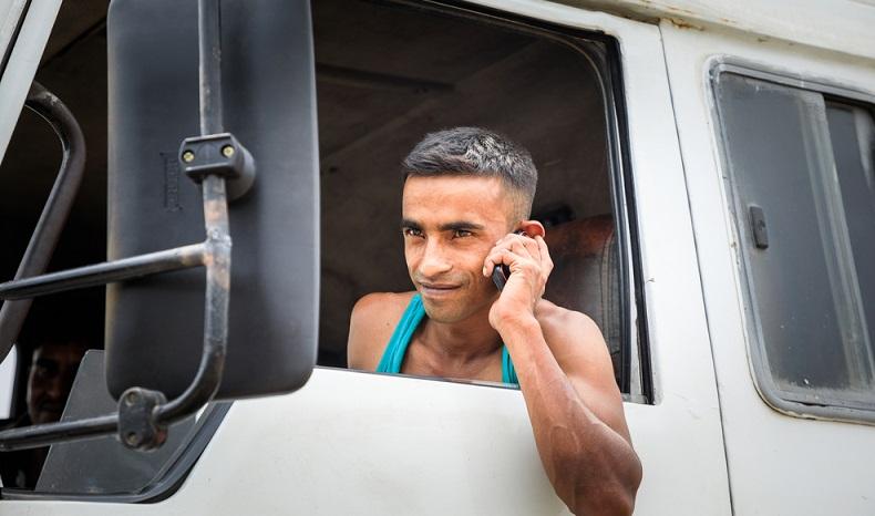 """Es ist erwiesen, dass das Handy in der Hand die Unfallgefahr deutlich erhöht. Nun will der Verband """"Transport en Logistiek Nederland"""" aus den Niederlanden erreichen, dass bestimmte Nutzungen des Smartphones während der Fahrt einfach ausgeschlossen werden können. (#03)"""