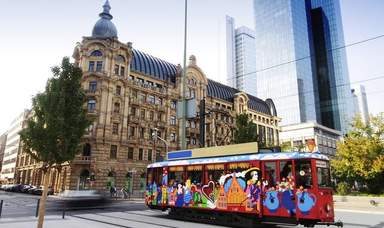 So will man in Frankfurt am Main künftig mit der Straßenbahn Pakete befördern. In diesen speziellen Fracht-Straßenbahnen werden keine Passagiere befördert, sondern nur Paketsendungen, die dann per Lastenfahrrad zu den Endkunden ausgeliefert werden. (#02)
