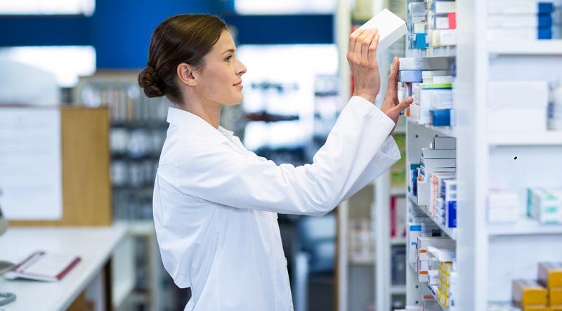 Im Krankenhaus gibt es dafür eine separate Abteilung, in der alle Arzneimittelbestellungen koordiniert werden und die für die Lagerung der Mittel sowie für die Belieferung der Stationen verantwortlich ist.