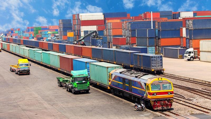 Damit der Transport vom Hersteller bis zum Endkunden reibungslos ablaufen kann, ist eine Standardisierung bei den Schnittstellen der verschiedenen Verkehrsträger (also Schifffahrt, Straße, Schiene) erforderlich.