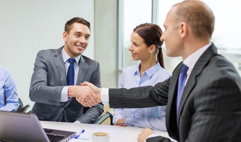 Gute Gründe sind es, die Unternehmen auf solche externen Mitarbeiter im Vertrieb zurückgreifen lassen: Oft ist es viel günstiger, als selbst einen Direktvertrieb mit eigenem Personal aufzubauen.