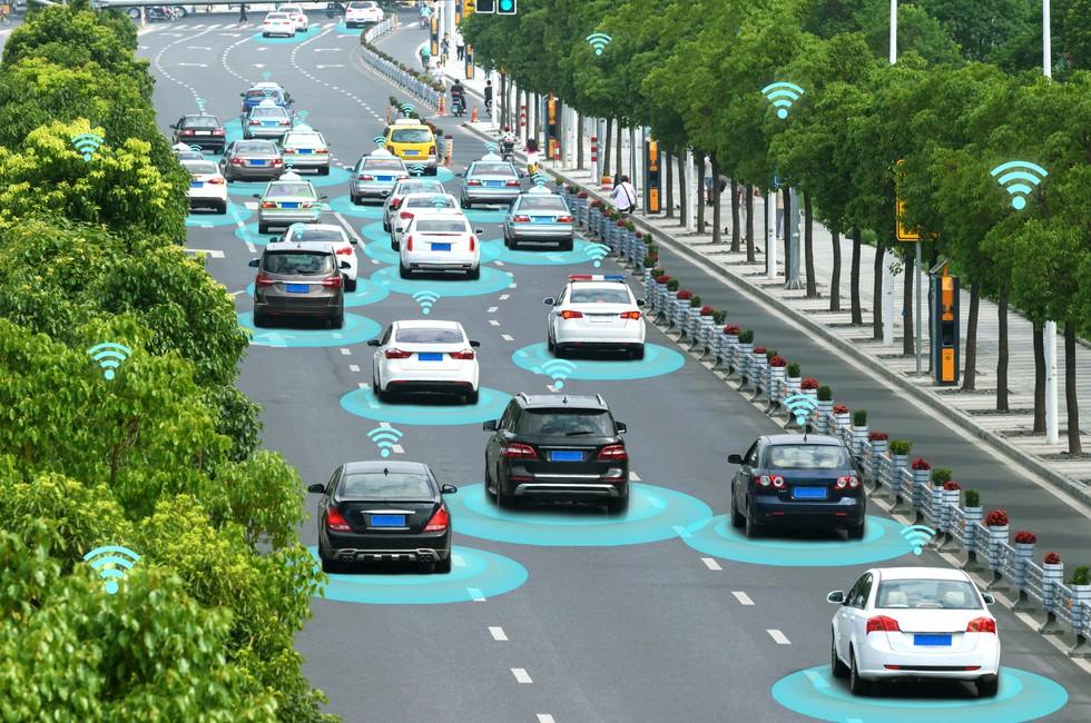 Use Cases wie Autonomous Driving erfordern ein Höchstmaß an Cyber Security - bereits bei der Entwicklung der Komponenten der Fahrzeuge. Die SAE J3061 bildet die Grundlage für sichere Automotive Anwendungen durch Security by Design. (Foto: shutterstock - Zapp2Photo, #2)