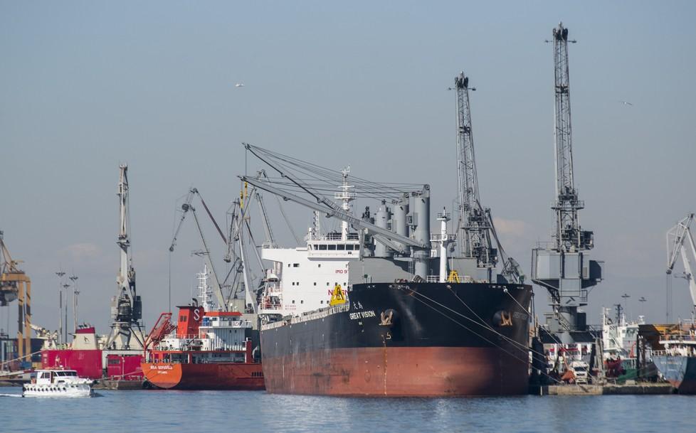 Der Seegweg über Suez endet in Mittelmeerhäfen wie hier in Saloniki. Vor dort aus nehmen die Transporte den Weg über Bahnstrecken  bis Europa. (#3)