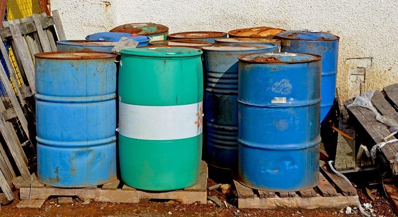 Vor allem geht es um entzündliche Flüssigkeiten wie Produkte, die Alkohol enthalten, und um wassergefährdende Flüssigkeiten. Dazu zählen unter anderem Altöl und Schmierstoffe. Aerosole und Druckgasabpackungen, giftige Stoffe und brandfördernde Flüssigkeiten kommen noch hinzu.(#02)