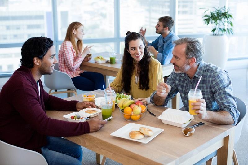 Bewirtung der Mitarbeiter in einer firmeneigenen Kantine: In diesem ungezwungenen Rahmen lässt es sich gut plaudern und Mitarbeiter, die sich kennen, arbeiten besser zusammen. (#02)