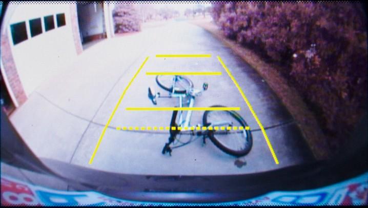 Mit der Rückfahrkamera fing es an. Wenn Mercedes autonome Fahrzeuge entwickelt, genügt das allerdings nicht mehr. Die Zahl der Sensoren - darunter finden sich mehrere Kameras - in den Fahrzeugen nimmt stetig zu. Allerdings muss auch der Bus im Fahrzeug die Daten schnell und sicher genug zum Computer transportieren und der Computer im Fahrzeug muss die Menge an Daten verarbeiten können. Hier entwickelt sich gerade ein neuer Engpass. (Foto: shutterstock - CLS Digital Arts, #4)