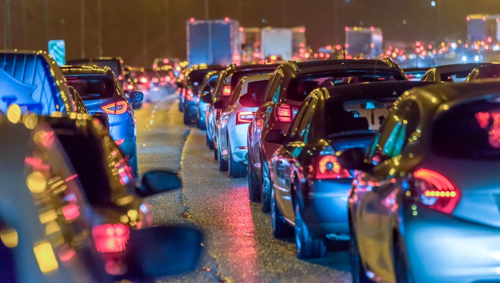 Der dichte Verkehr in den Innenstädten ist eines der modernen Probleme, für deren Lösung Mercedes autonome Fahrzeuge bereitstellt. (Foto: shutterstock - Jevanto Productions, #3)