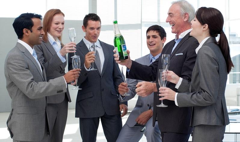 Bei einem persönlichen Anlass kann der Arbeitgeber zusätzlich Aufmerksamkeiten gewähren.  ( Foto: Shutterstock- _ESB Professional )