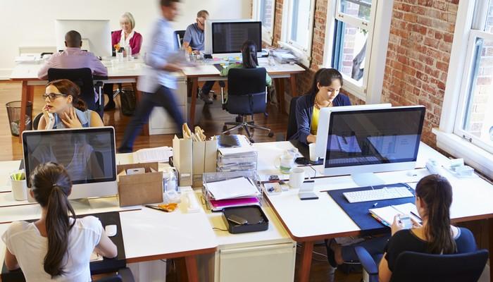 Die Büroeinrichtung ist bei einem Einbruch in die Firmenräume oft nicht das Ziel, aber das Opfer der Einbrecher. Die richtige Versicherung kann hier helfen, den Schaden für den Unternehmer zu mindern. (Foto: shutterstock - Monkey Business Images)