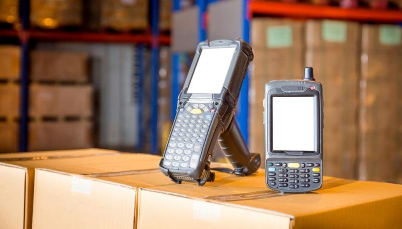 Die Lagerverwaltung braucht damit keine so umfassenden Änderungen hinzunehmen und kann die Nutzung der neuen Barcode-Scanner bzw. der Identifikationsnummer der Produkte direkt implementieren. ( Foto: Shutterstock- Siwakorn1933 )