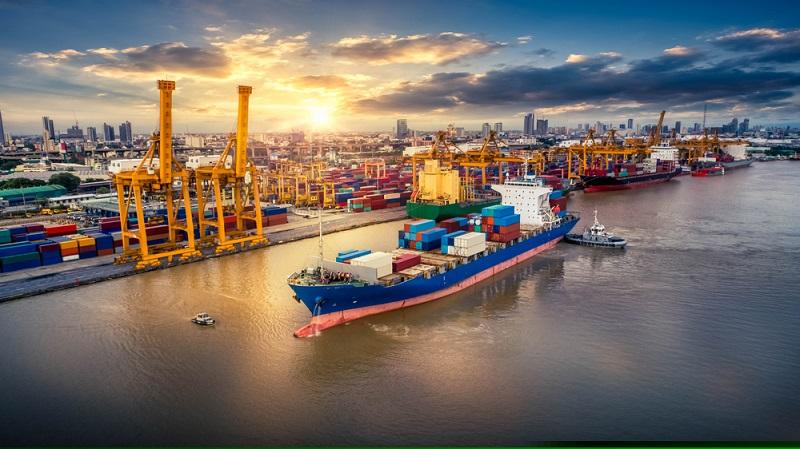 Kisten für Stückgüter werden auch für das Verladen von Waren und Gütern in Containern benötigt. Diese wiederum werden hauptsächlich auf der Straße transportiert, auch in Flugzeugen und bei der Seefracht kommen Container zum Einsatz. ( Foto: Shutterstock- Travel mania)