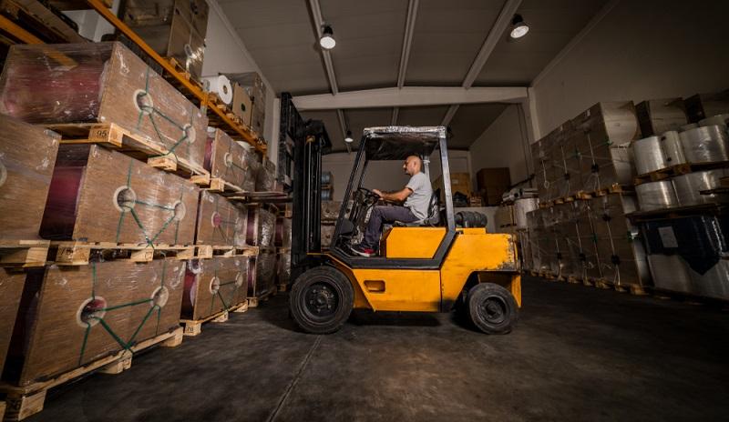 Kisten für Stückgüter werden auch für das Verladen von Waren und Gütern in Containern benötigt.  ( Foto: Shutterstock-Vladimir Borovic )